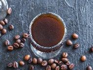 Приготвяне на рецепта Домашен ликьор от кафе с ром за коктейли
